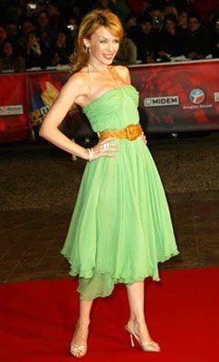 Kylie Minogue  Kemer deyip geçmez, Kylie!  İşte klasik düşünmeyen, kendine özgü bir tarz daha! Kylie Minogue, kıyafetlerini kalıplaşmış aksesuarlarla tamamlamak yerine, yaratıcılıkla kullanıyor.  Nil yeşili straplez elbisesini, ne yapsa böyle orijinal olamazdı herhalde. Kylie'nin kemer seçimi, aksesuarı kısır bir ayrıntı olarak görenlere cevap verir gibi. Kylie'nin gardırobunda farklı modellerde bir çok kemer yer alıyor.